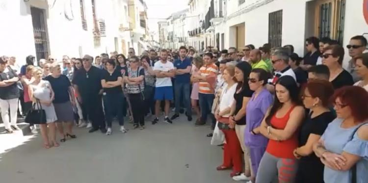 El pueblo de Guadahortuna expresa su dolor en la concentración del mediodía.