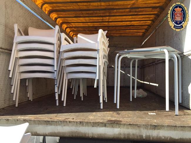 Sillas y mesas retiradas.