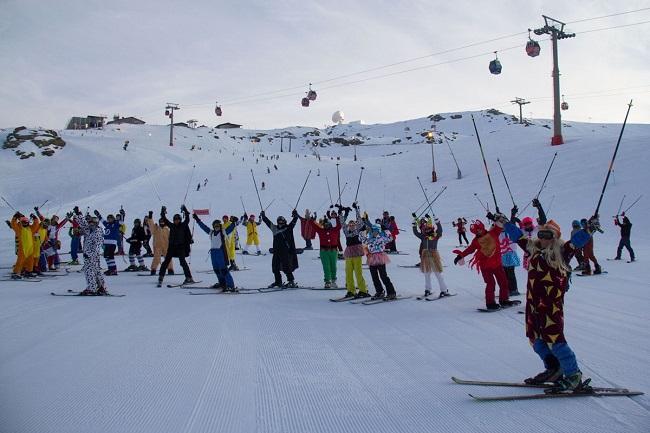 Participantes en el descenso de Carnaval en la estación de Sierra Nevada.