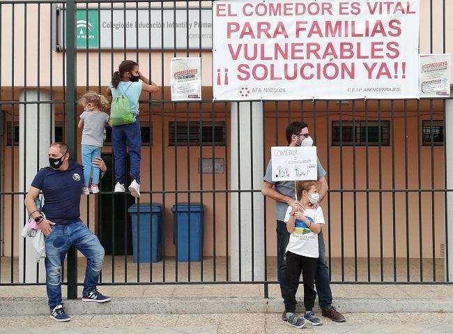 Acción de protesta de las familias, que rodean sus coles para exigir el servicio.