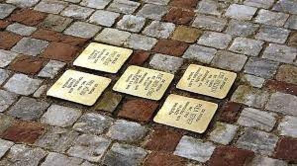Detalle de las 'piedras de la memoria' con las que se homenajea a las víctimas de los campos nazi.