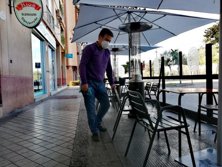 La Taberna Ríos, en el Zaidín, se preparaba este lunes para volver a recibir a su fiel clientela.