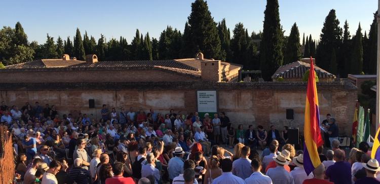 Más asistencia que en años anteriores al homenaje a las víctimas del franquismo en la tapia del cementerio de Granada.