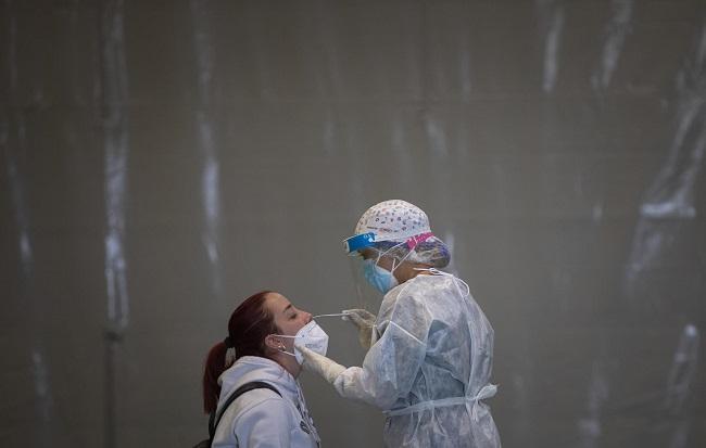 Una profesional sanitaria practica un test Covid.
