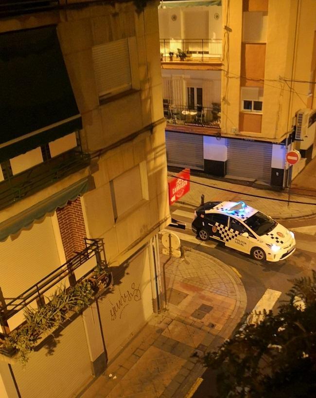 Un vehículo de la Policía Local, patrulla el domingo, en la primera jornada del toque de queda.