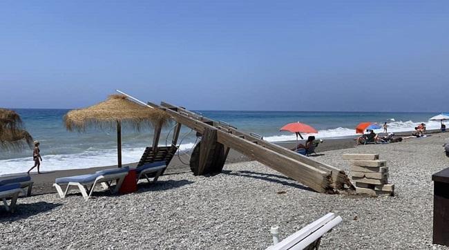 La torre cayó sobre la arena y afortunadamente no alcanzó a más personas.