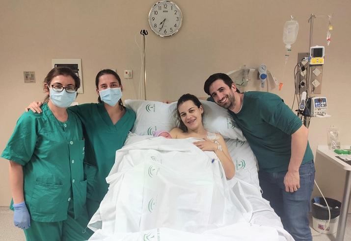 Una madre y su pareja, felices con su bebé tras el parto.