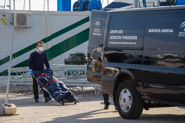 El cuerpo ha sido trasladado desde el Puerto de Motril al Instituto de Medicina Legal.