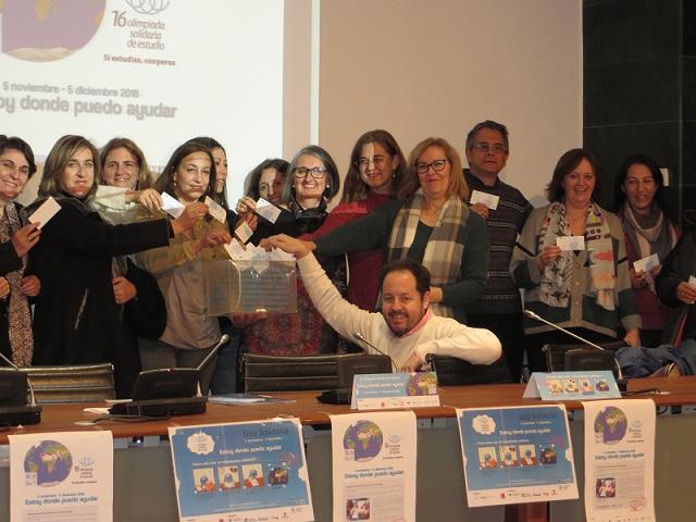 Personal de la Biblioteca Universitaria y organizadores celebran el récord de participación.