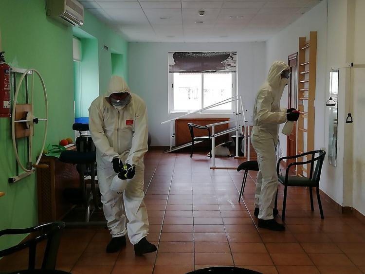 Imagen de archivo de tareas de desinfección de la UME en una residencia granadina.