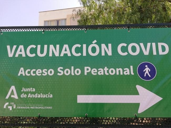 Cartel informativo del punto de vacunación en el Parque Norte de Bomberos de Granada.