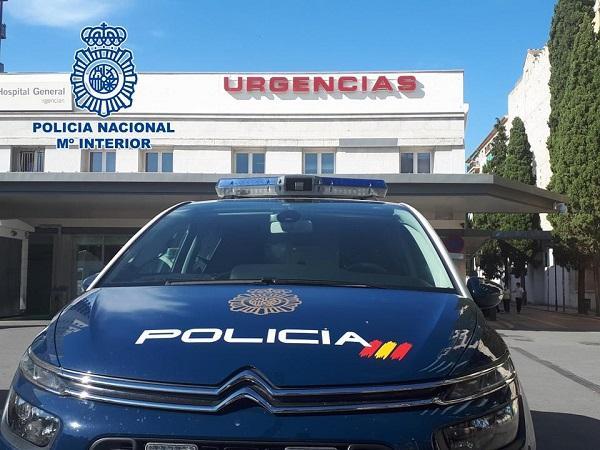 Imagen de archivo de una patrulla a las puertas de Urgencias del Virgen de las Nieves.