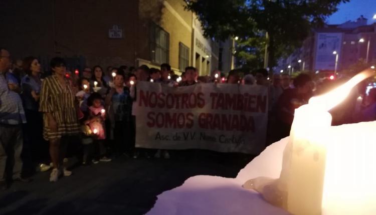 La concentración, con velas, se ha desarrollado a las puertas de los franciscanos, que acogen el encierro solidario.