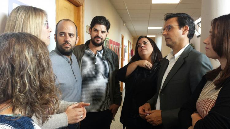 El alcalde conversa con los responsables del proyecto educativo.