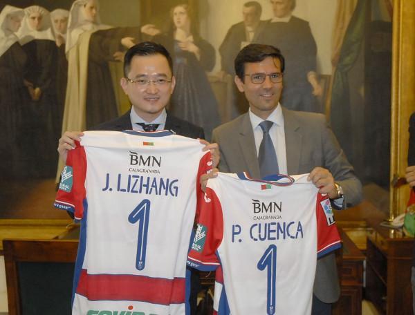 Cuenca y Lizhang muestran camisetas con sus nombres.