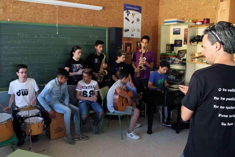 Los alumnos ensayan el concierto.