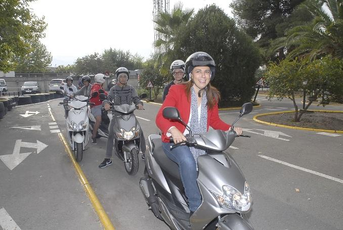 La concejal Raquel Ruz, junto a los estudiantes que participan en las Jornadas Moteras.