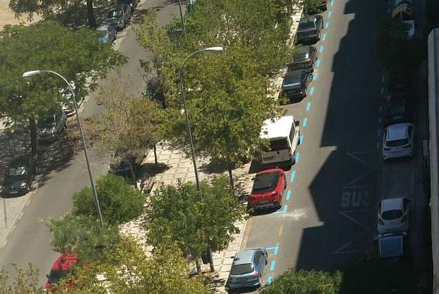 Calle Primavera, con los estacionamientos de la derecha ya pintados de azul.