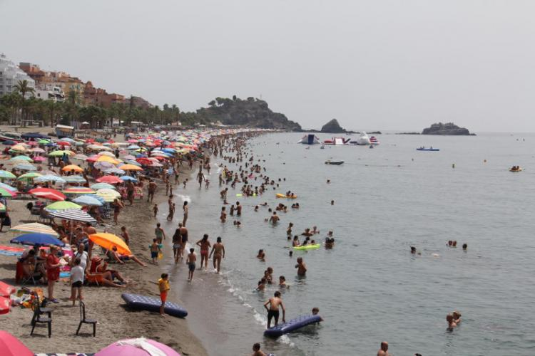 Playa de San Cristóbal, en Almuñécar, a tope de veraneantes.