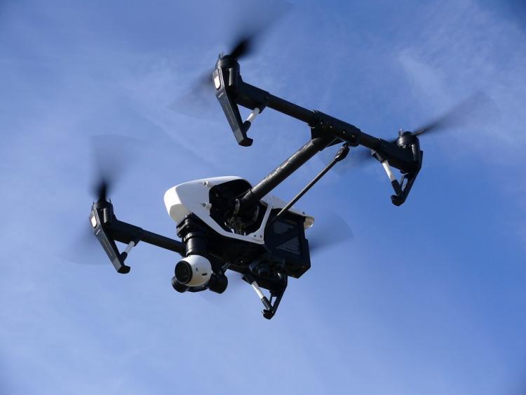 Los drones llevan una cámara y despliegan ganchos para coger las sombrillas.