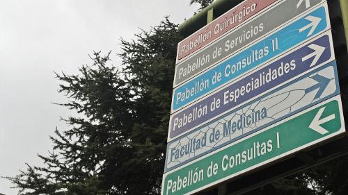 Panel exterior que indica los diferentes pabellones del Hospital Clínico.