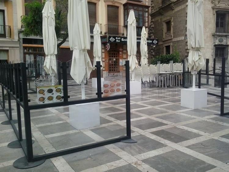Una de las terrazas con mamparas que ocupan Plaza Nueva.