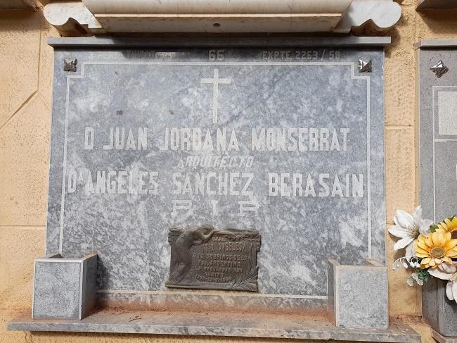 Nicho de Juan Jordana y su esposa. Desde hace muchos años nadie le pone flores ni paga la tasa de mantenimiento.