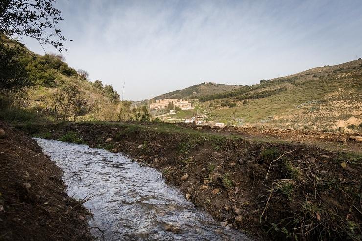 El sendero de la acequia tiene unas impresionantes vistas del valle del Darro.