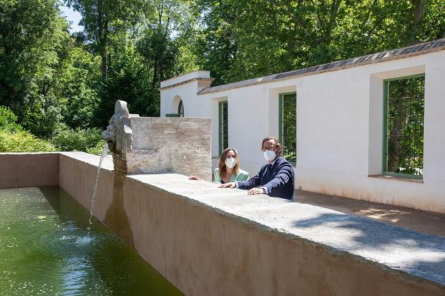 La directora de la Alhambra y el delegado de Cultura, junto al albercón.