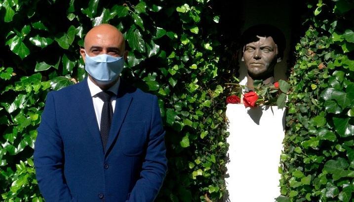 El alcalde de Fuente Vaqueros, José Manuel Molino, junto a un busto de Lorca.