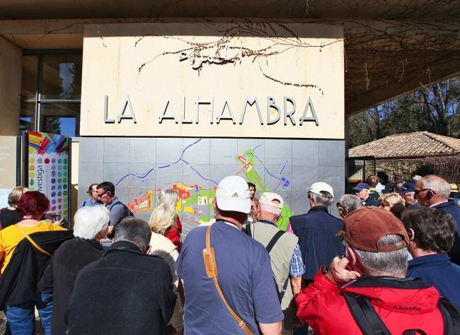 Visitantes en la entrada a la Alhambra.
