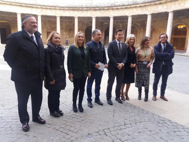 Los consejeros, con el alcalde y el resto de autoridades, en su visita a la Alhambra.