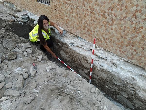 La arqueólogo junto al muro romano hallado en el Barrio de San Miguel.