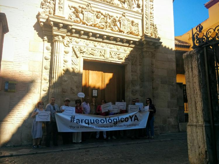 Un momento de la concentración a las puertas del Museo Arqueológico.