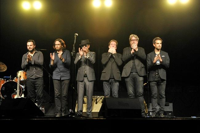 La banda saluda al público en el primer concierto.