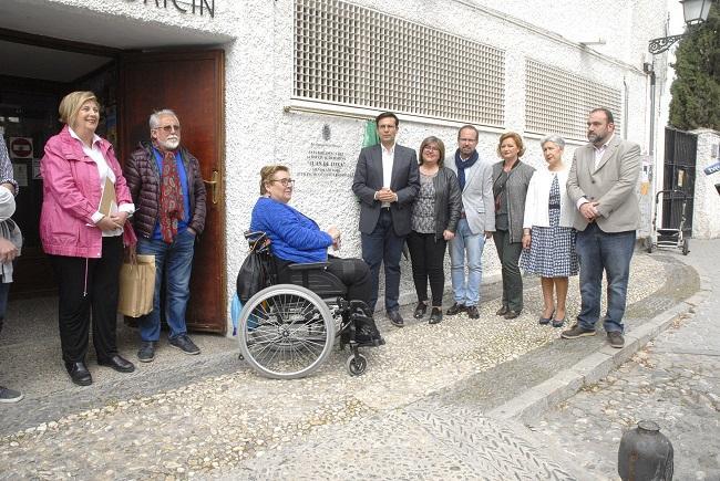 La placa con el nombre de Juan de Loxa se ha descubierto en un acto con asistencia de representantes municipales y de su familia.