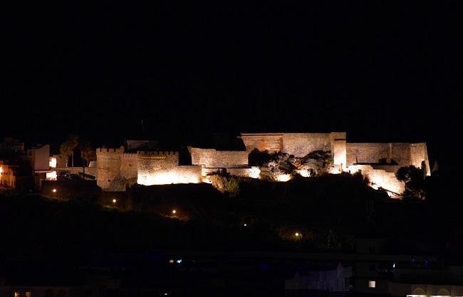 El Castillo de San Miguel luce esta espléndida imagen nocturna.