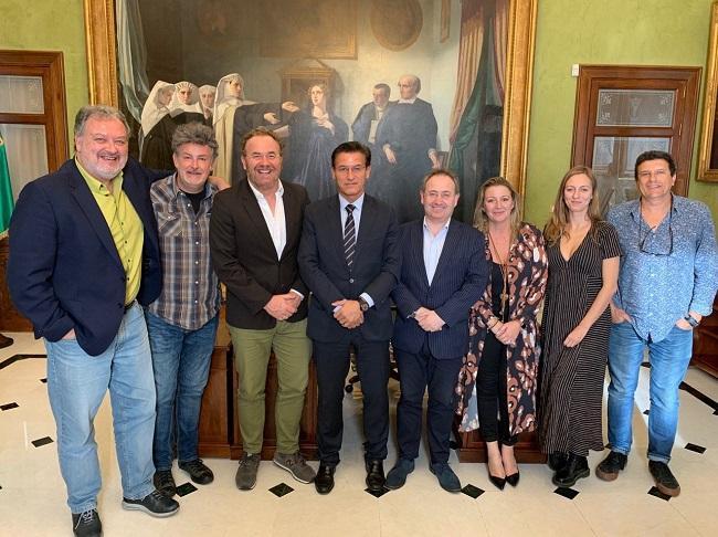 El alcalde con los representantes de las asociaciones.