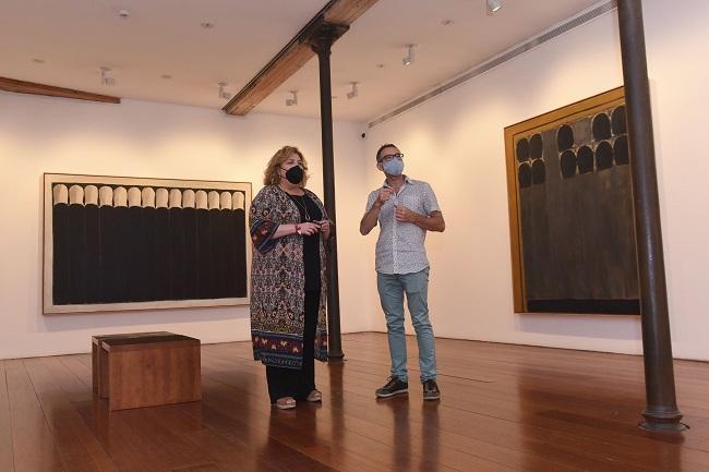La diputada de Cultura, Fátima Gómez, que ha visitado la exposición junto al director del centro, Francisco Baena.