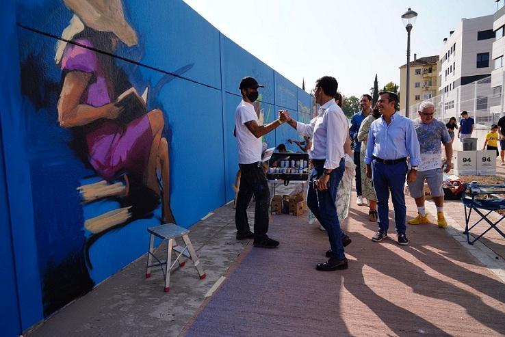 El alcalde, Francisco Cuenca, saluda al Niño de las Pinturas.