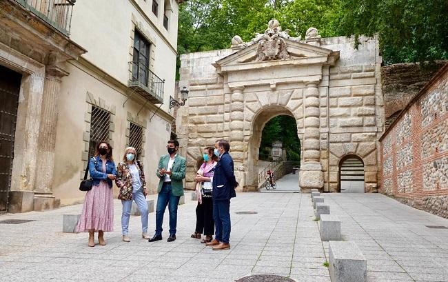 Cuenca y otros ediles del grupo junto a la Puerta de las Granadas.