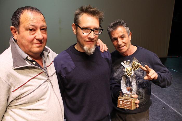En el centro, el director de la escuela, Víctor M. Rivera, con el premio a la mejor escenografía del certamen de Alhendín.