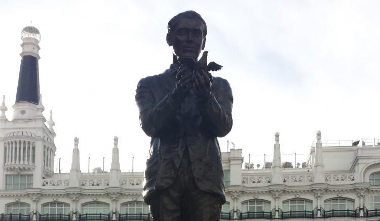 Estatua de Federico García Lorca en la plaza de Santa Ana, en Madrid.