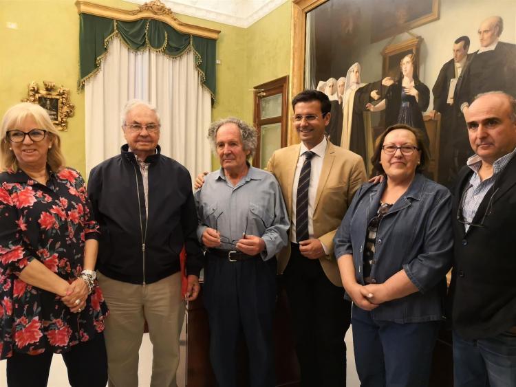Brazam, con el alcalde y testigos de la firma de la cesión.