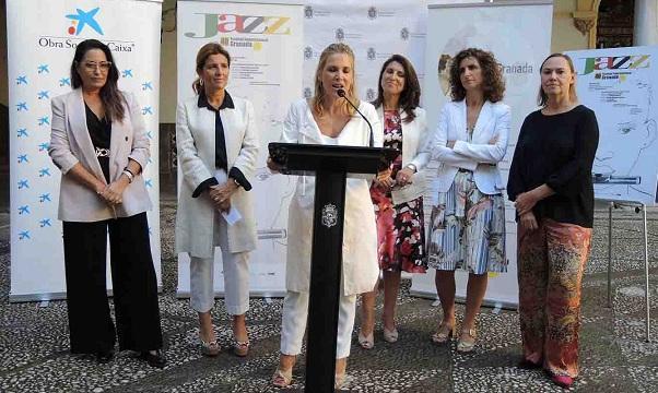 La directora, Mariche Huertas, presenta el festival.