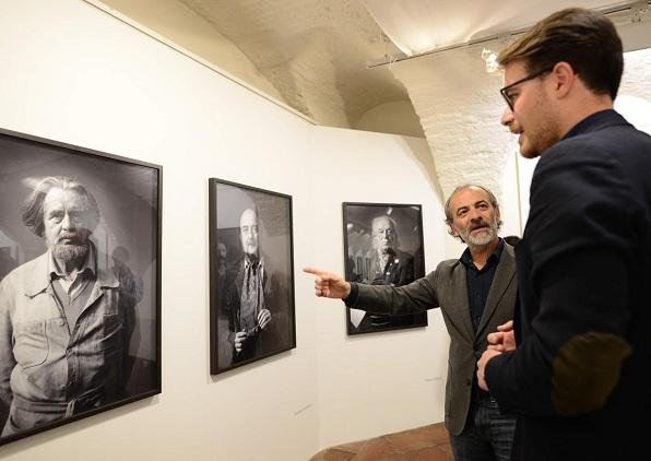 Javier Algarra explica uno de los retratos a Guillermo Quero.