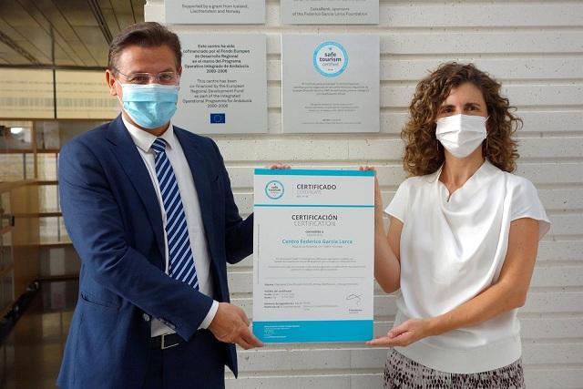 El alcalde muestra el sello de Turismo Seguro Certificado.