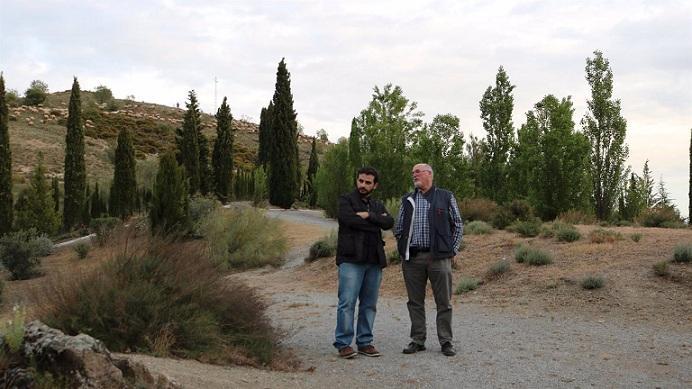 Benjamín Amo (izqda.), junto al historiador Miguel Caballero, en una de las localizaciones donde pudo ser enterrado Lorca.