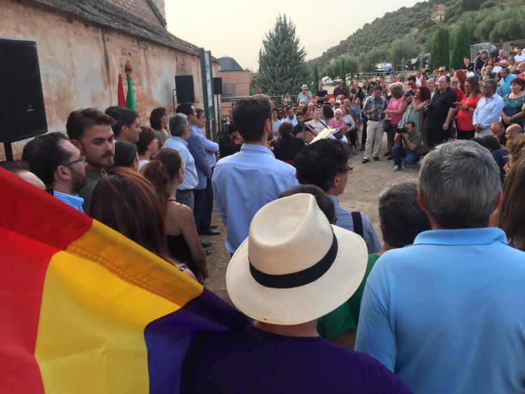 Homenaje a las víctimas asesinadas en la tapia del cementerio de Granada, organizado por la Asociación.