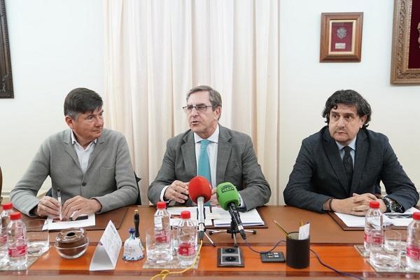 De izquierda a derecha, Manuel Pimentel, Leandro Cabrera y Antonio Olivares.